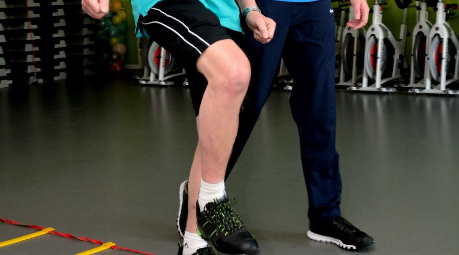 Fysiotherapie loop oefeningen met patiënt
