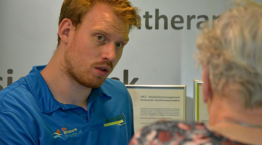 Jeroen Fokkens kijkt aandachtig naar patiënt