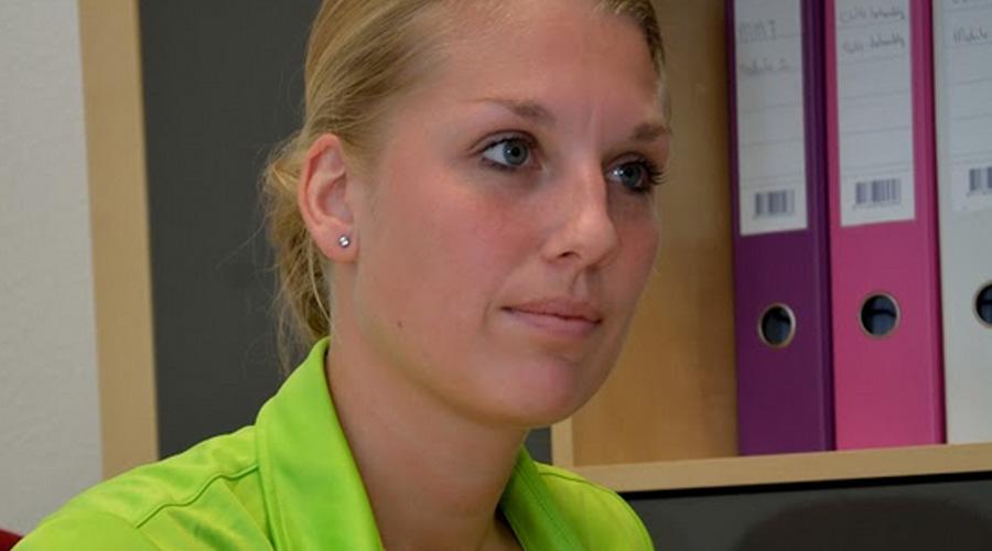 Lisa Klabbers luistert aandachtig naar een patiënt
