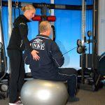 Samen oefenen met therapeut De Praktijk voor Fysio- en Manuele Therapie oefenen voor een snelle revalidatie