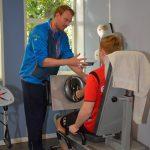 Samen met de therapeut in Bovensmilde de goede oefeningen goed doen