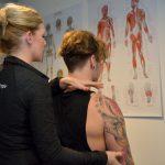 Behandelen schouder van een patiënt