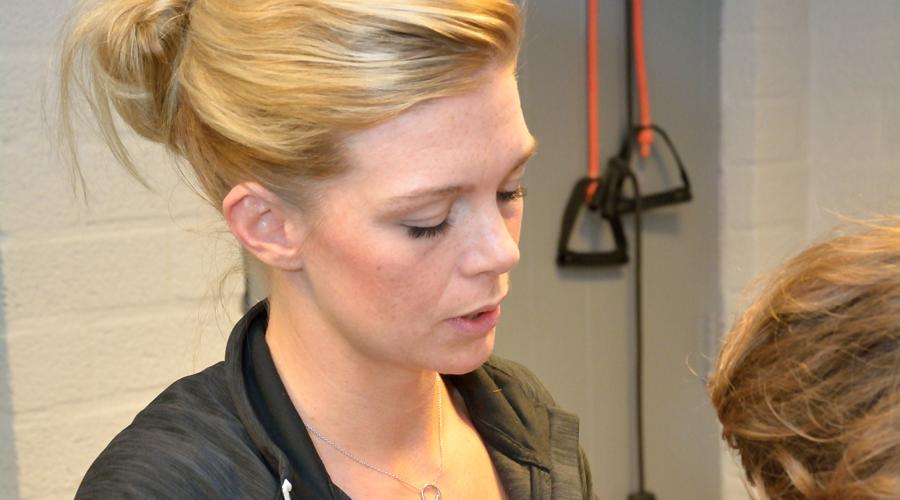 Melanie Cordes behandelt patiënt